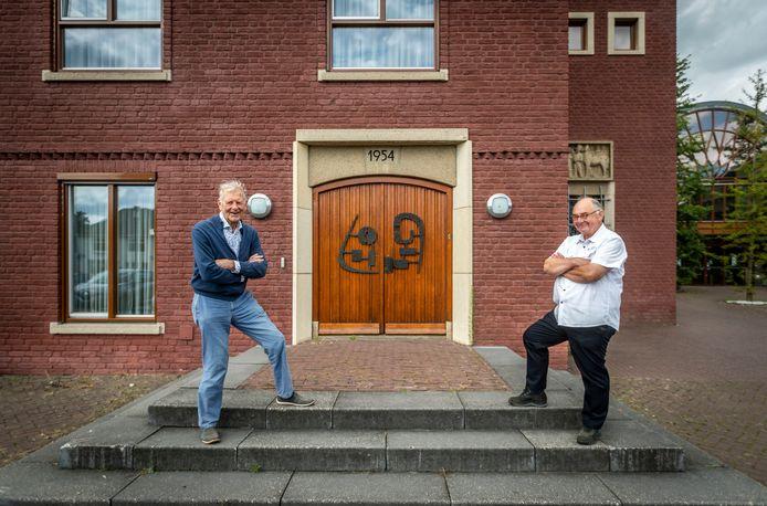 Oud-burgemeester Henk Bosman (l) en voormalig ambtenaar Jo Schiffelers vertellen over de opruiming van WOII- munitie in Heeze.