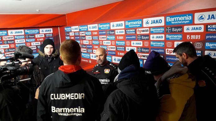 Peter Bosz staat bij Bayer Leverkusen de Duitse pers te woord.