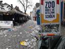 Veel rommel belandde naast de gewone afvalbakken en speciale kliko's.