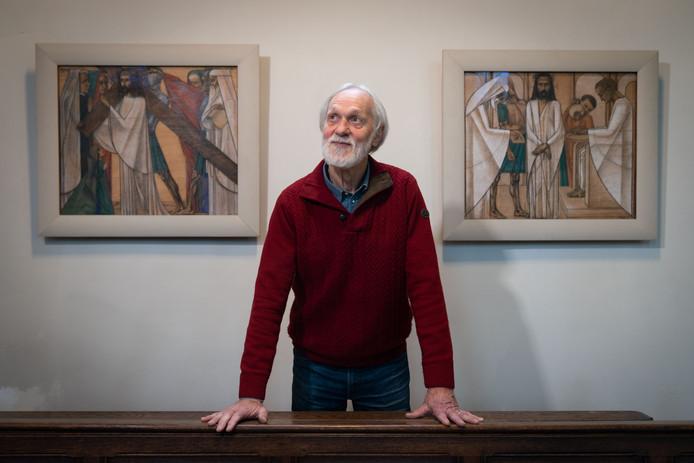 Henk Brummer in de Bernulphuskerk met op de achtergrond twee staties.
