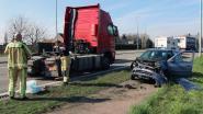 Auto rijdt in op vrachtwagen