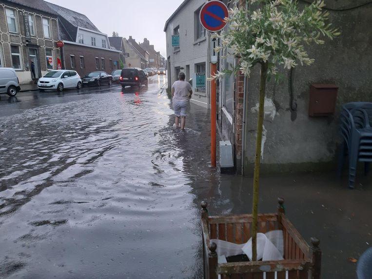 Op het kruispunt van de Kattenberg met de Kloosterstraat en de Erwetegemstraat reikte het water tot kniehoogte.