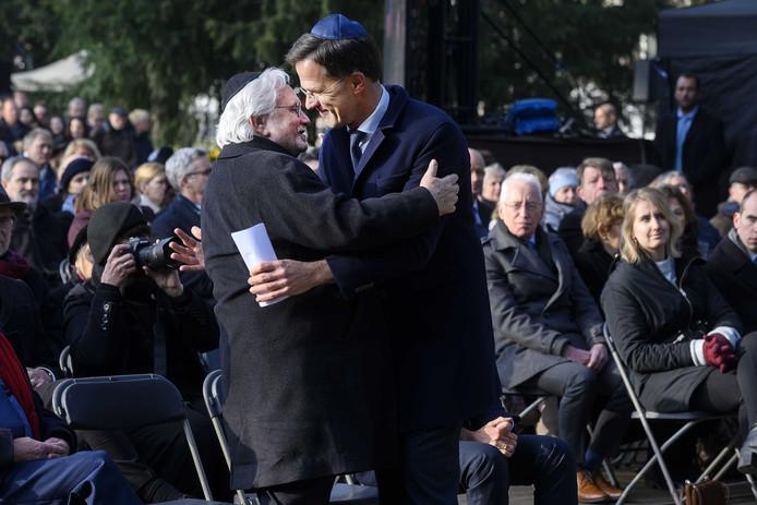 Premier Mark Rutte wordt omhelst na zijn toespraak tijdens de Nationale Holocaust Herdenking.