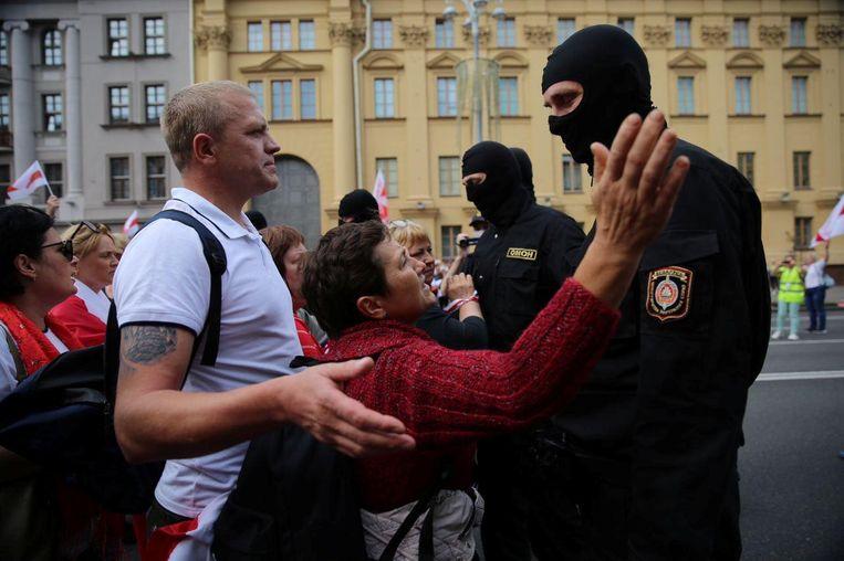 Tienduizenden Belarussen gingen op de verjaardag van president Loekasjenko in hoofdstad Minsk opnieuw de straat op. Beeld REUTERS