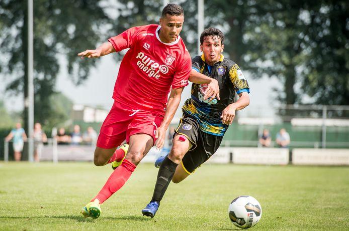 Alessio Da Cruz in Beckum actie in het eerste elftal van FC Twente in het oefenduel tegen Al-Taawon.