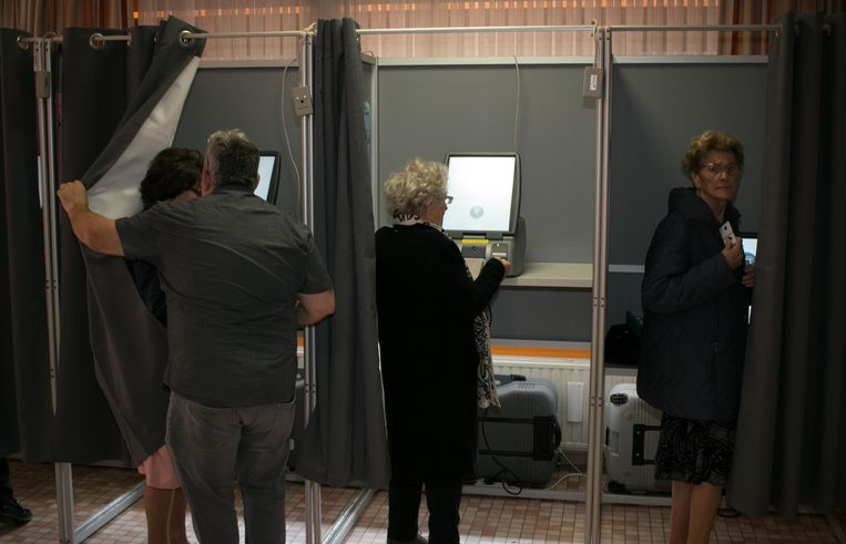 In het stembureau in het rusthuis is er assistentie nodig aan de stemcomputers.