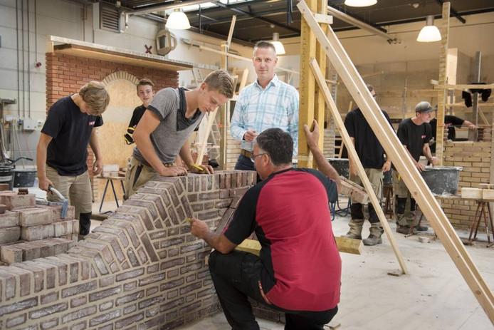 Erik Colijn (midden) is de nieuwe directeur van BouwSchool Breda.