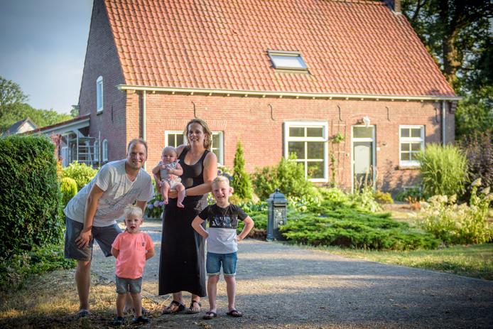Ellen Jonkers en haar vriend zijn net verhuisd naar een woning in Helenaveen, met zicht op de grens met Limburg.