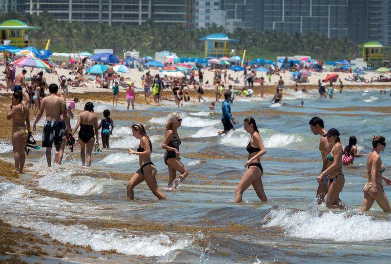 Zomer in Florida. Vanwege de stijging van het aantal infectiegevallen zijn sommige stranden in deze staat inmiddels weer gesloten.  Beeld EPA