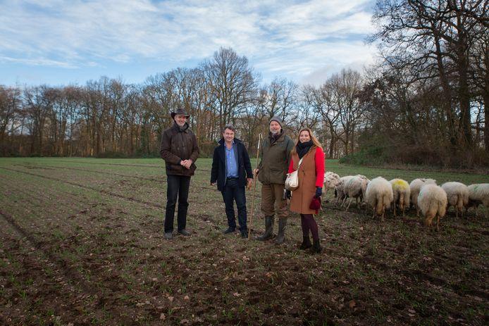 Jaap Meijer, Marcel van Silfhout, schaapsherder Clemens Oude Groeniger en projectleider Mirte van der Linden op het Wageningse Westbergveld.