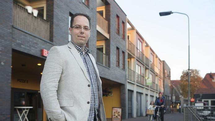 Marko Horlings voor zijn huis in Ede, de hoofdprijs in de kaartwedstrijd.