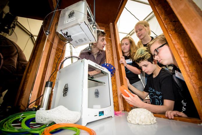 Dirk Wouters van De Dader (links op de foto) trekt de aandacht met zijn 3D-printers op Kempen Tech.