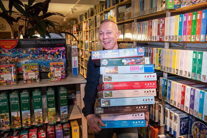Thuisvermaak genoeg in de Apeldoornse spellenwinkel De Wammus van Wim van Essen. 'Vooral puzzels van Jan van Haasteren en het spel Virus worden veel verkocht.'