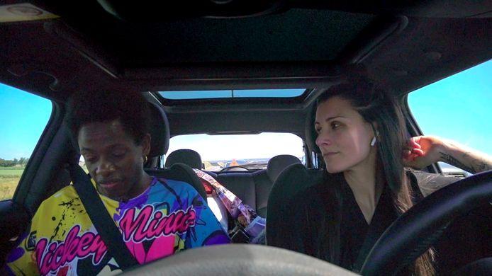 Sahar Meradji zit met Mulu in de auto.