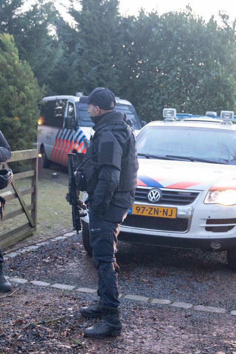 Zwaarbewapende politie-eenheden doen inval bij woonboerderij Eemnes; verdachte (66) uit Den Haag aangehouden