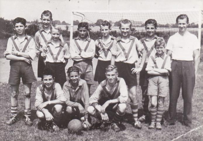 Een jeugdteam van RKVVO uit 1958 met staand tweede van rechts de jonge Jan van der Mierden als kleinste van het stel.