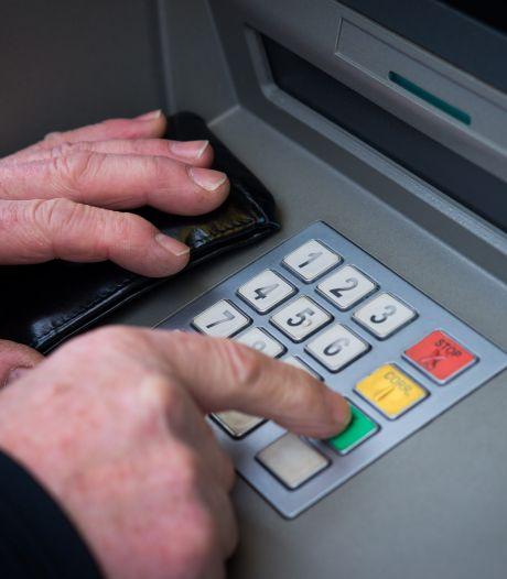 Rabobank Emmen opent fonkelnieuw pand, maar geld pinnen of storten kan er niet: 'Zo'n mooi gebouw en dan bied je die service niet. Onbegrijpelijk'