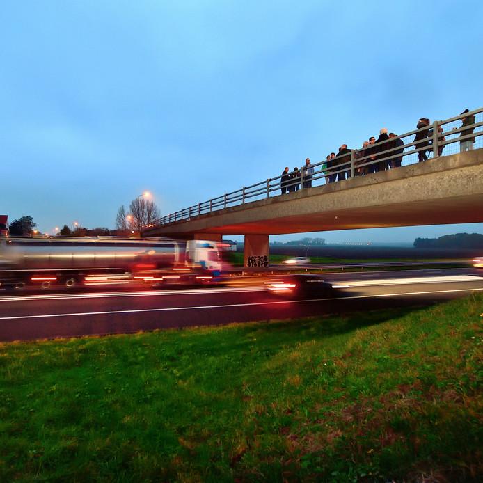 Een delegatie van Rijkswaterstaat luisterde een kleine twee jaar geleden samen met omwonenden naar het snelweglawaai bij Heijningen. Er staan nu maatregelen op stapel.