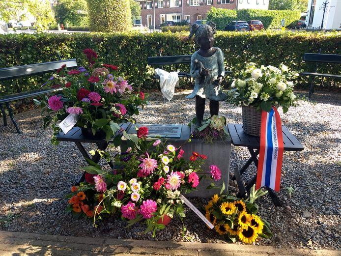Het monument voor moedige Velpenaren is zaterdag bedolven onder de boeketten.