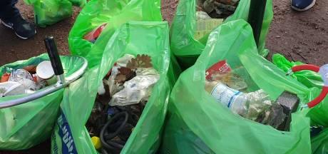Twintig zakken vol zwerfafval: vrijwilligers houden grote schoonmaak rond Markt in Etten-Leur
