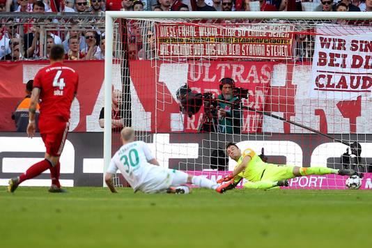 Niklas Süle schiet via Davy Klaassen (m) raak.