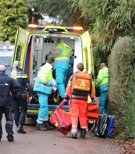Man met spoed naar ziekenhuis na val van ladder