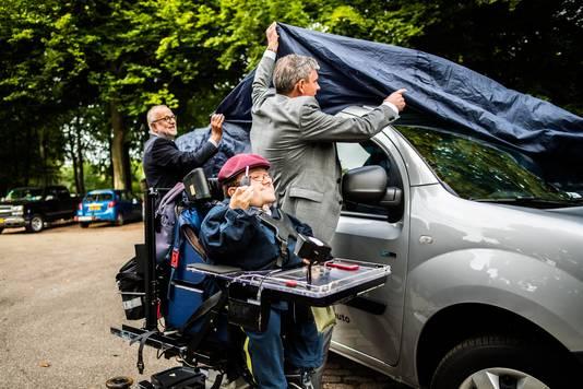 Tim Kroesbergen met autosleutel voor elektrische deelauto