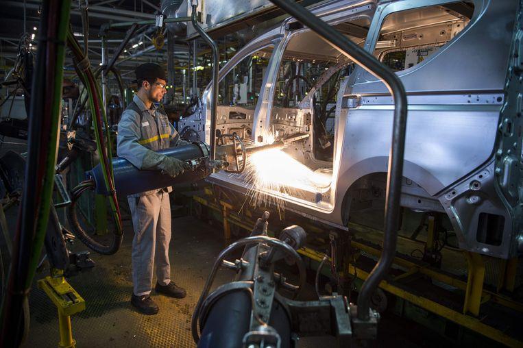 Een werknemer in de autofabriek van Renault-Nissan in de buurt van Tanger (Marokko). Beeld AFP