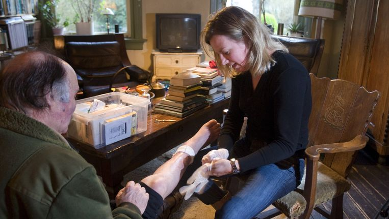 Thuiszorgmedewerker verzorgt een cliënt. Beeld anp