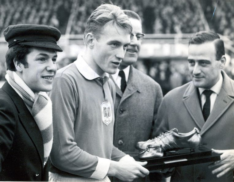 Adamo (links) en Jan Pulinx, chef voetbal van Het Laatste Nieuws, overhandigen Paul Van Himst de Gouden Schoen in 1965.