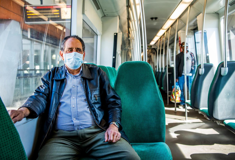 Een mondkapje is sinds een maand verplicht in de metro, maar niet iedereen heeft er een op.