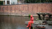 Buurtbewoners verhuizen beeld rode Loreleie naar dak van zwembad Van Eyck