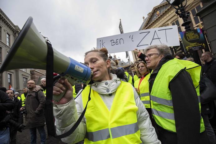 Het protest van de 'gele hesjes' bij het Binnenhof in Den Haag trok zaterdag tussen de 100 en 200 mensen.