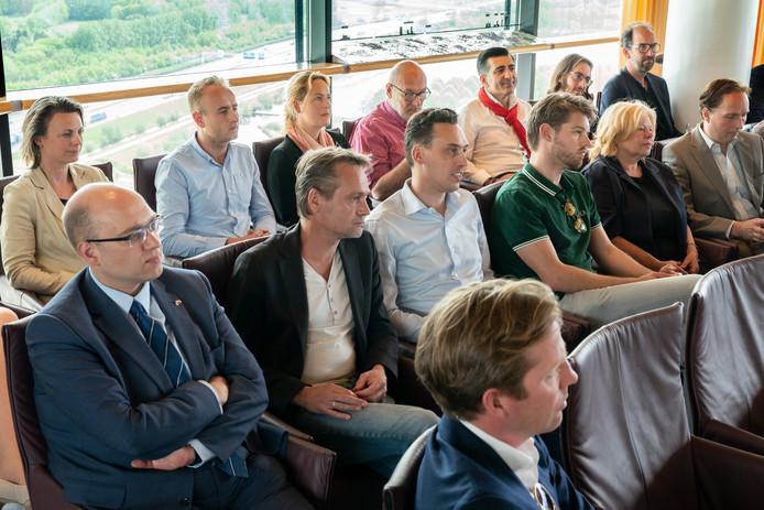 Brabantse politici luisteren aandacht naar de bevindingen van informateur Helmi Huijbregts.