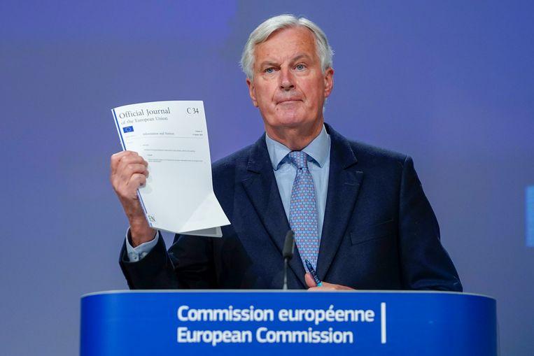 EU-hoofdonderhandelaar Michel Barnier houdt tijdens zijn brexit-persconferentie van vrijdag de politieke verklaring omhoog die de Britse premier Boris Johnson vorig jaar overeenkwam met zijn EU-partners.  Beeld Getty Images