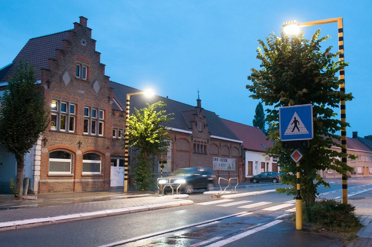 De nieuwe verlichting die de gemeente Brakel voorziet, is vergelijkbaar met deze accentverlichting in de Martijn van Torhoutstraat in Ename.