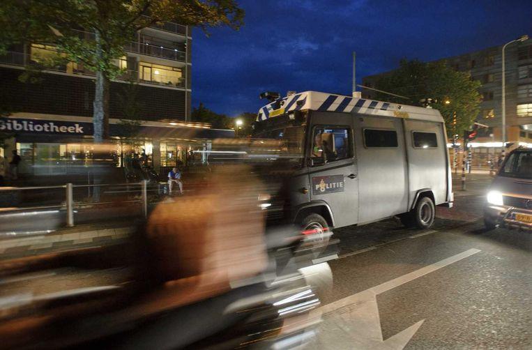 Een busje van de Mobiele Eenheid (ME) rijdt door de Haagse Schilderswijk. Ongeveer honderd mensen werden begin deze maand gearresteerd omdat een samenscholingsverbod gold, nadat drie dagen op rij rellen waren uitgebroken. Beeld anp