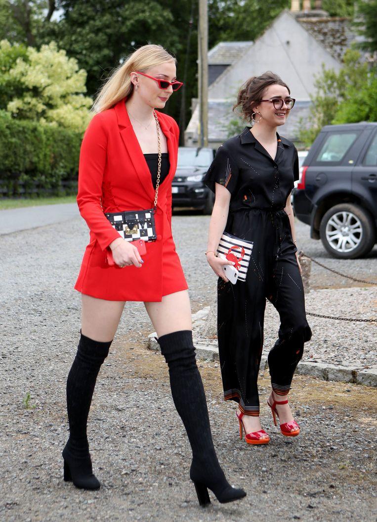Ook Sophie Turner (links) koos voor rood. Zij kwam met Maisie Williams.