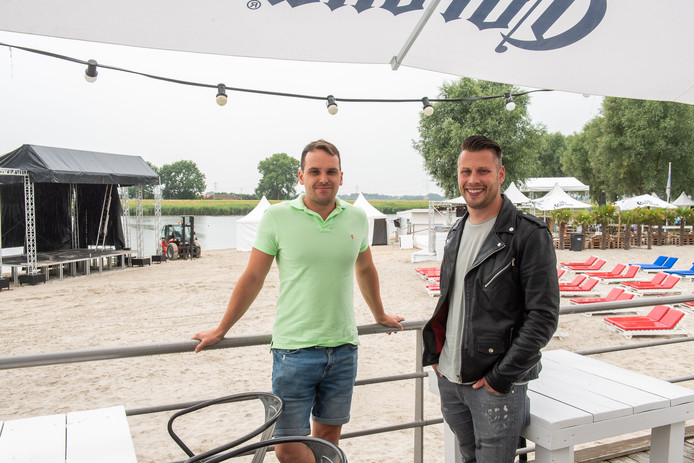 Jan Kastelijns (L) en Sebastiaan Sluijmers bij Beachclub Puur in Drimmelen.