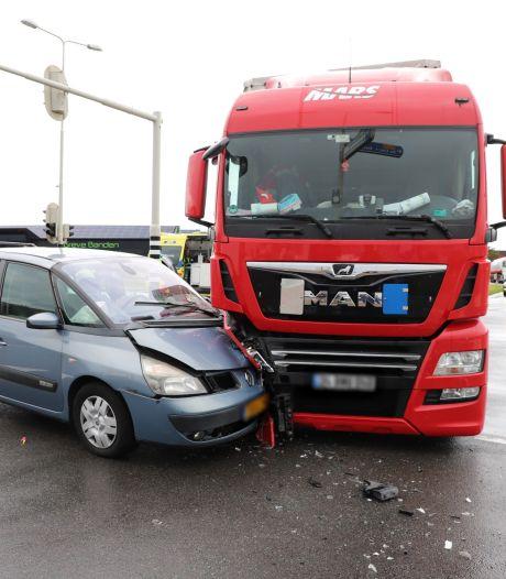 Aanrijding tussen auto en vrachtwagen zorgt voor flinke vertraging op N223 bij De Lier