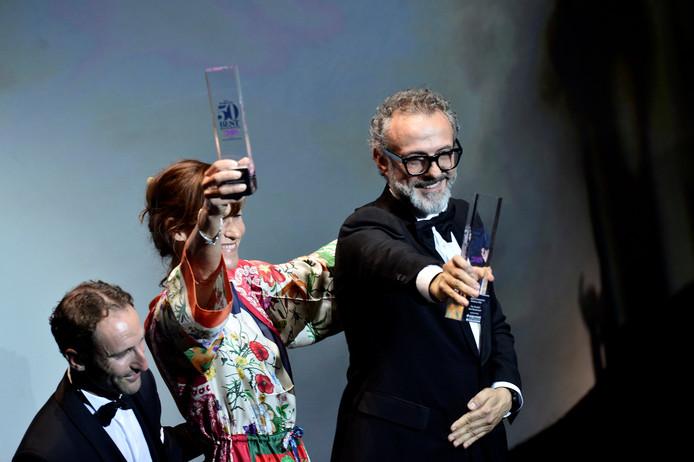 Massimo Bottura, eigenaar van restaurant Osteria Francescana in Italië, nam de prijs van de jaarlijkse World's Best Restaurants Awards gisteren in Bilbao in ontvangst.