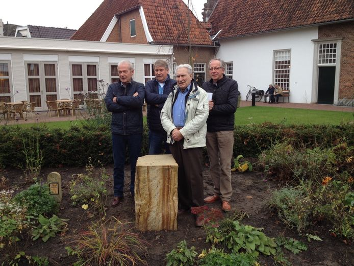 Van links naar rechts Theo Hampsink, Felix Nijland, Herman van der Toorn en Jos oude Essink Nijhuis bij de sokkel, waar op 21 november het monument voor de Sinti zal worden onthuld.