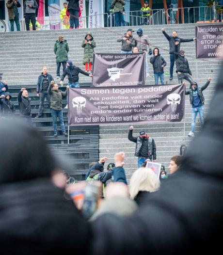 Voetbalsupporters, bikers en anderen demonstreren op Jaarbeursplein tegen pedopartij