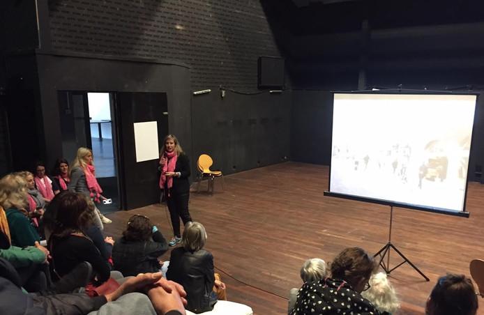 Barbara Geurtsen praat omwonenden bij over de plannen van Bij Katrien met het Koningstheater