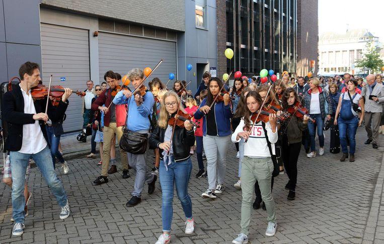 De leerlingen vormden een feestelijke optocht naar de nieuwe campus op Turnova.
