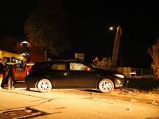 Spin veroorzaakt auto-ongeluk in Cuijk, boom breekt doormidden