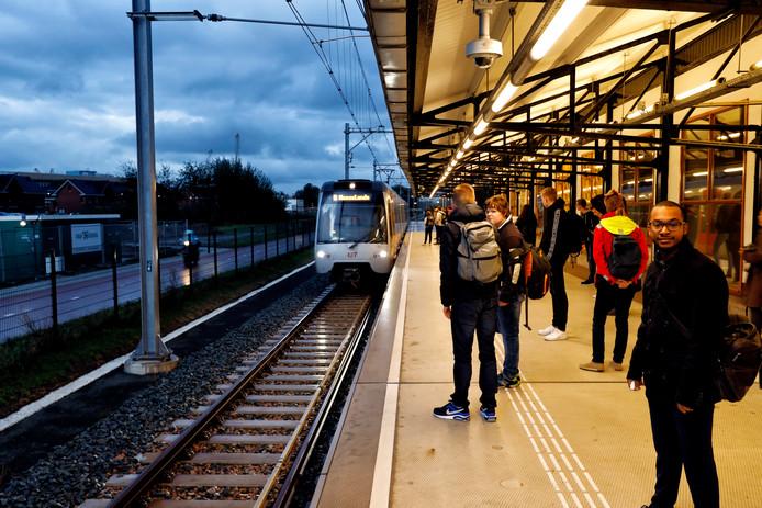De eerste ochtendspits van de Hoekse Lijn bij station Vlaardingen-West.