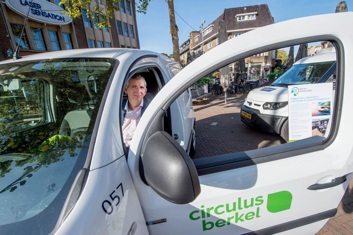 Huub Vervoorn van Circulus-Berkel nam zaterdag een elektrische auto in ontvangst als afsluiting van de Green Week in Apeldoorn. De adjunct-directeur wil dat het wagenpark van het afvalverwerkingsbedrijf in vijf tot tien jaar volledig elektrisch of op waterstof rijdt.