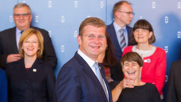 De Slowaakse minister van economie Peter Ziga tijdens de informele top van EU-handelsministers in Bratislava. Minister Ploumen van handel staat lachend op de achtergrond, rechts. Beeld EPA