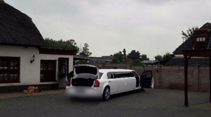 Een van de limousines die in beslag werd genomen bij het verhuurbedrijf in Kaatsheuvel.